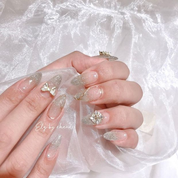 10 mẫu nail gắn charm xinh nhất tại các tiệm lúc này: Nàng nào thích style sang chảnh chấm ngay - Ảnh 11.