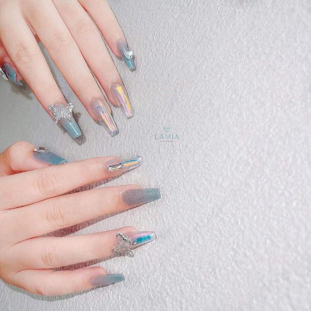 10 mẫu nail gắn charm xinh nhất tại các tiệm lúc này: Nàng nào thích style sang chảnh chấm ngay - Ảnh 1.