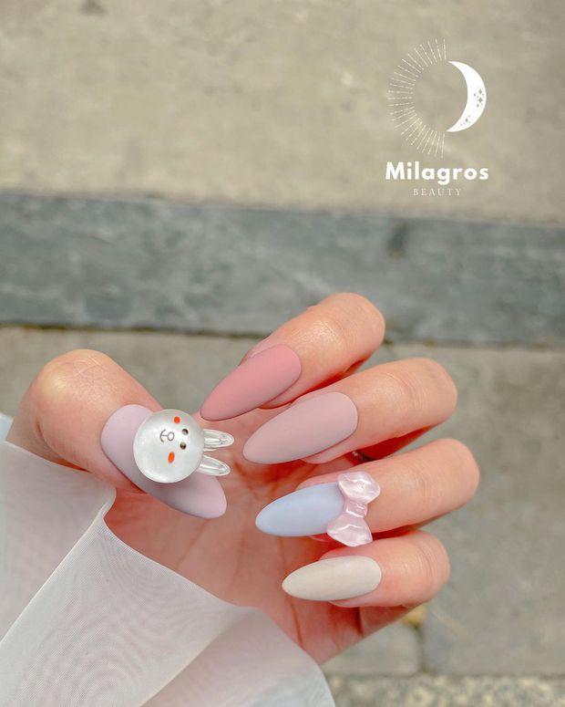 10 mẫu nail gắn charm xinh nhất tại các tiệm lúc này: Nàng nào thích style sang chảnh chấm ngay - Ảnh 7.
