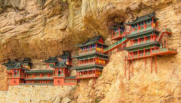 Lạ lùng ngôi chùa nghìn năm tuổi cheo leo trên vách đá ở Trung Quốc: Cả công trình được nâng đỡ bởi vỏn vẹn vài thân gỗ nhưng vững chãi không ngờ - Ảnh 1.