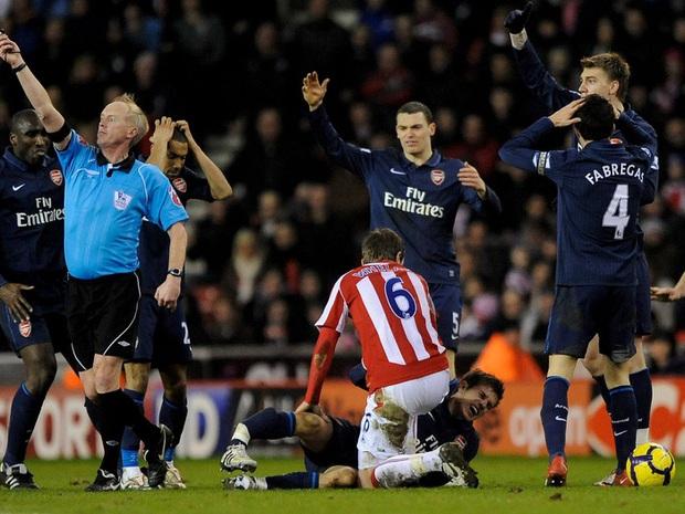 Khi tiếng xương gãy vang lên, niềm tin bóng đá tan vỡ - Ảnh 2.