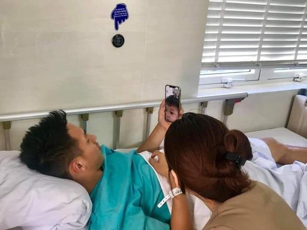 Hình ảnh xúc động: Hùng Dũng gọi video với con trai trước khi vào phòng phẫu thuật - Ảnh 1.
