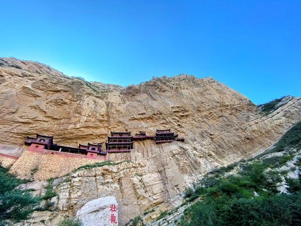 Lạ lùng ngôi chùa nghìn năm tuổi cheo leo trên vách đá ở Trung Quốc: Cả công trình được nâng đỡ bởi vỏn vẹn vài thân gỗ nhưng vững chãi không ngờ - Ảnh 3.