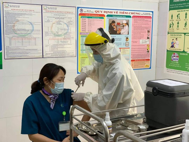 Quảng Ninh: Cận cảnh tiêm những mũi vắc xin ngừa COVID-19 đầu tiên - Ảnh 3.