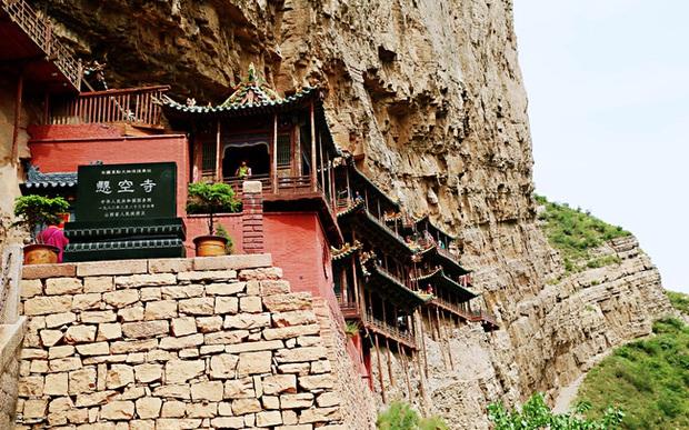Lạ lùng ngôi chùa nghìn năm tuổi cheo leo trên vách đá ở Trung Quốc: Cả công trình được nâng đỡ bởi vỏn vẹn vài thân gỗ nhưng vững chãi không ngờ - Ảnh 2.