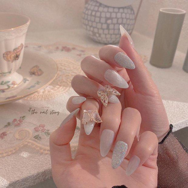 10 mẫu nail gắn charm xinh nhất tại các tiệm lúc này: Nàng nào thích style sang chảnh chấm ngay - Ảnh 3.