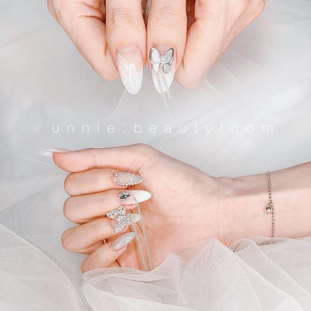 10 mẫu nail gắn charm xinh nhất tại các tiệm lúc này: Nàng nào thích style sang chảnh chấm ngay - Ảnh 13.
