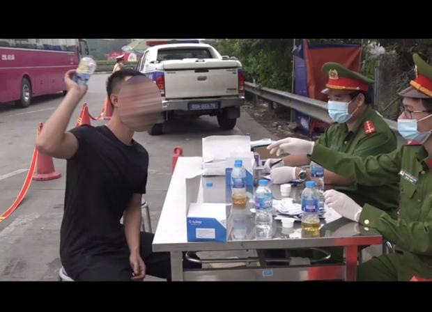 Uống rượu ngâm cây thuốc phiện, tài xế bị xử phạt vì dương tính với ma túy - Ảnh 2.