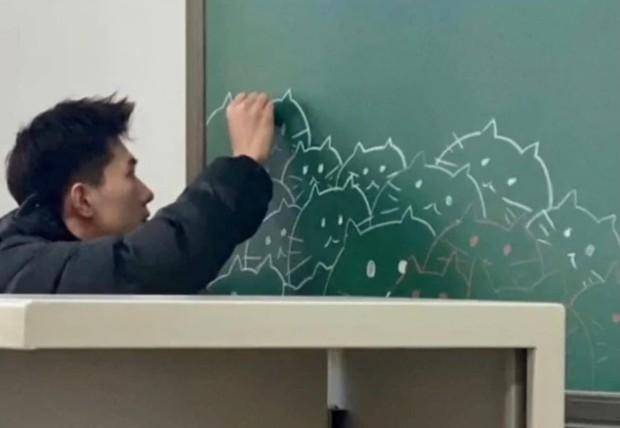 Thầy giáo soái ca sở hữu diện mạo giống Dương Dương, lại có hành động cực dễ thương ngay trên bục giảng - Ảnh 2.