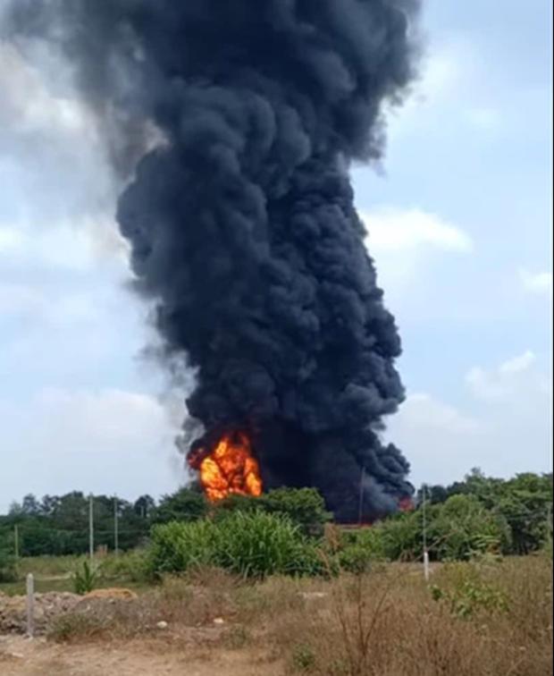 TP.HCM: Khói lửa ngút trời bao trùm nhà xưởng, cả khu dân cư náo loạn - Ảnh 1.