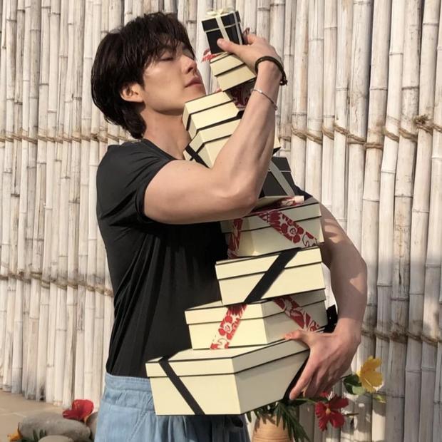 Kim Woo Bin gây choáng với màn F5 body hậu chữa trị ung thư: Bắp tay như muốn bóp nghẹt trái tim chị em hay gì? - Ảnh 3.