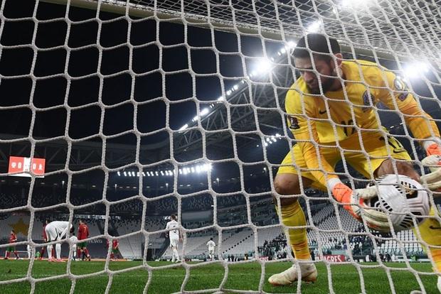 Ronaldo phung phí cơ hội, Bồ Đào Nha nhọc nhằn thắng đội tuyển hạng 108 nhờ bàn phản lưới nhà hy hữu - Ảnh 2.