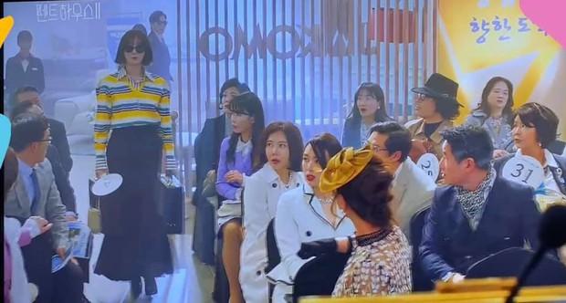 Đụng áo với đàn em kém 17 tuổi, chị đẹp Lee Ji Ah (Penthouse) liệu có lấn át Nayeon? - Ảnh 3.