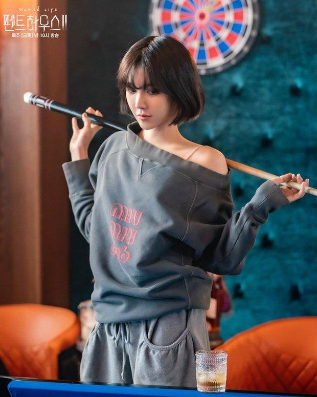 Đụng áo với đàn em kém 17 tuổi, chị đẹp Lee Ji Ah (Penthouse) liệu có lấn át Nayeon? - Ảnh 1.