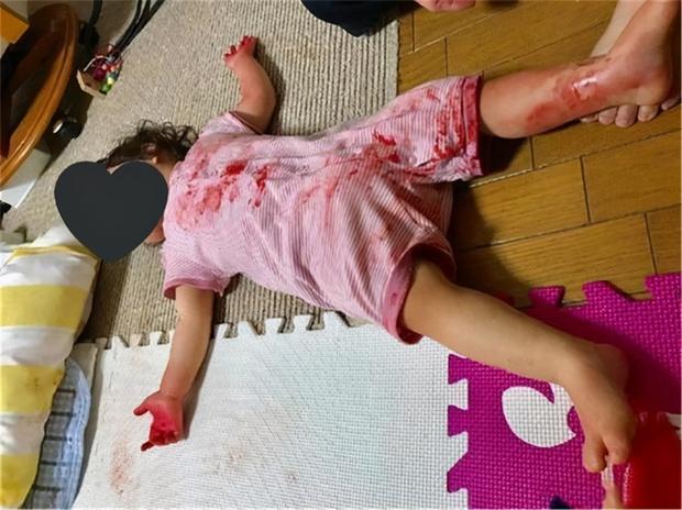Mẹ bỏ mặc con gái 4 tuổi ra ngoài lấy hàng ship, lúc quay về nhà gặp cảnh tượng sợ chết khiếp, sự thật đằng sau khiến ai cũng ngã ngửa - Ảnh 2.