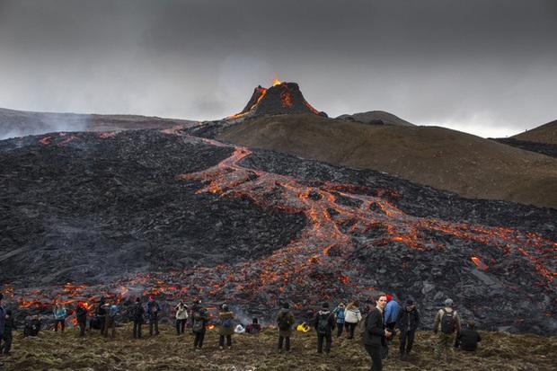 Người dân Iceland đổ xô đi xem núi lửa phun trào sau gần 800 năm - Ảnh 1.