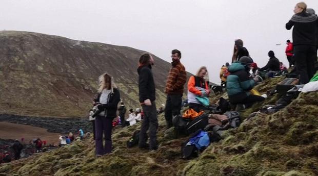 Người dân Iceland đổ xô đi xem núi lửa phun trào sau gần 800 năm - Ảnh 2.