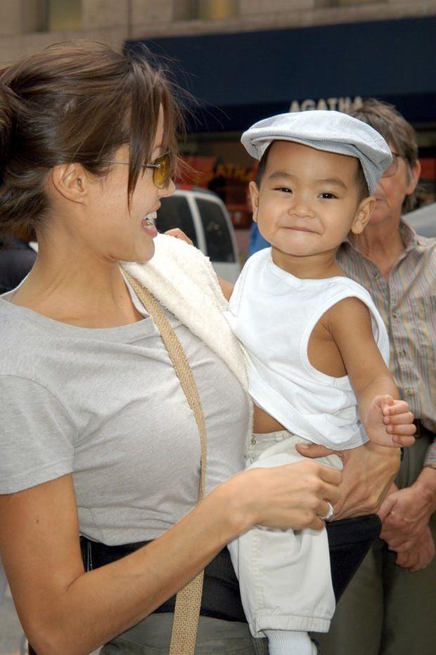 Con trai nuôi của Angelina Jolie: Từ cậu bé Campuchia mồ côi đến sinh viên đại học danh giá và lời tố cáo khiến Brad Pitt đứng hình - Ảnh 2.