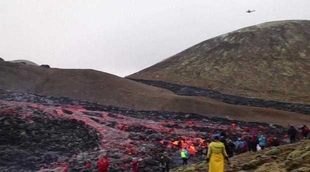 Người dân Iceland đổ xô đi xem núi lửa phun trào sau gần 800 năm - Ảnh 3.