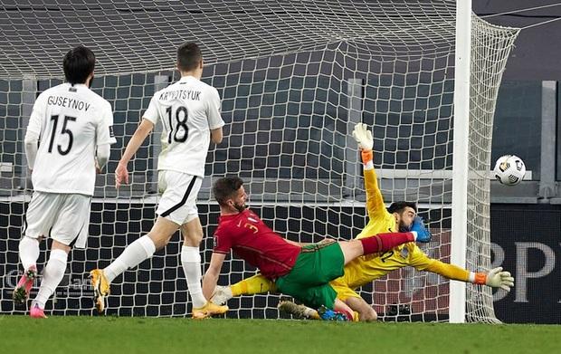 Ronaldo phung phí cơ hội, Bồ Đào Nha nhọc nhằn thắng đội tuyển hạng 108 nhờ bàn phản lưới nhà hy hữu - Ảnh 4.