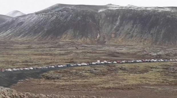 Người dân Iceland đổ xô đi xem núi lửa phun trào sau gần 800 năm - Ảnh 4.