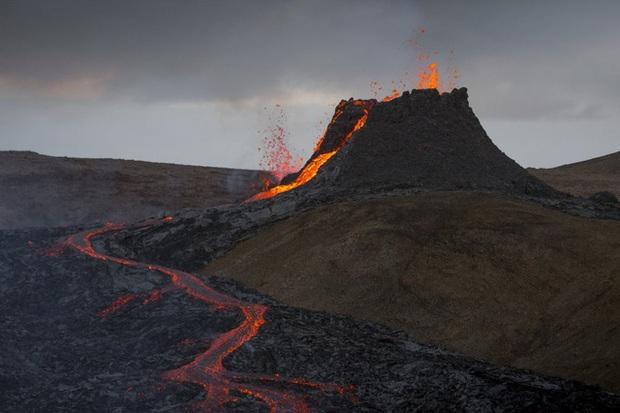 Người dân Iceland đổ xô đi xem núi lửa phun trào sau gần 800 năm - Ảnh 5.