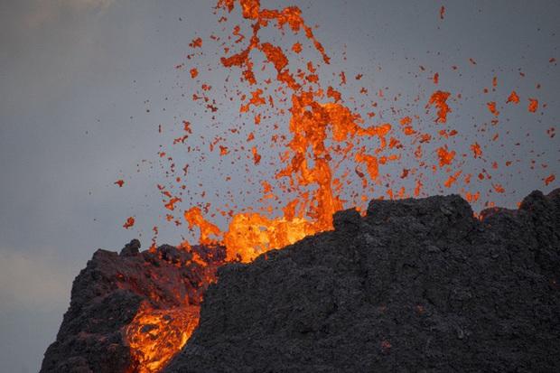 Người dân Iceland đổ xô đi xem núi lửa phun trào sau gần 800 năm - Ảnh 6.