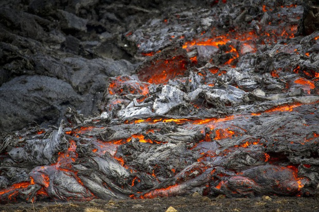 Người dân Iceland đổ xô đi xem núi lửa phun trào sau gần 800 năm - Ảnh 7.