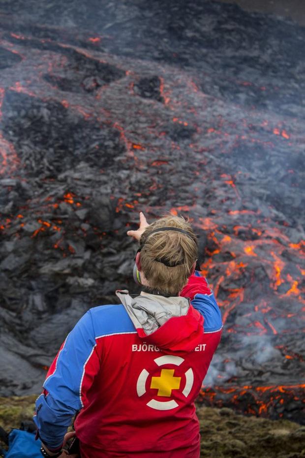 Người dân Iceland đổ xô đi xem núi lửa phun trào sau gần 800 năm - Ảnh 8.