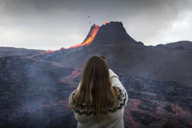 Người dân Iceland đổ xô đi xem núi lửa phun trào sau gần 800 năm - Ảnh 9.