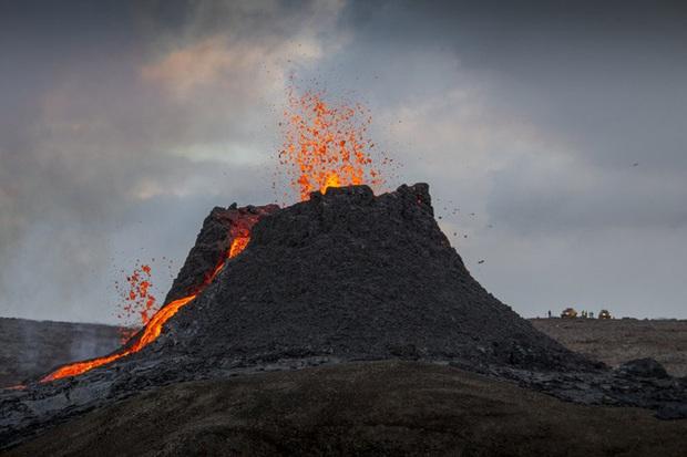 Người dân Iceland đổ xô đi xem núi lửa phun trào sau gần 800 năm - Ảnh 10.