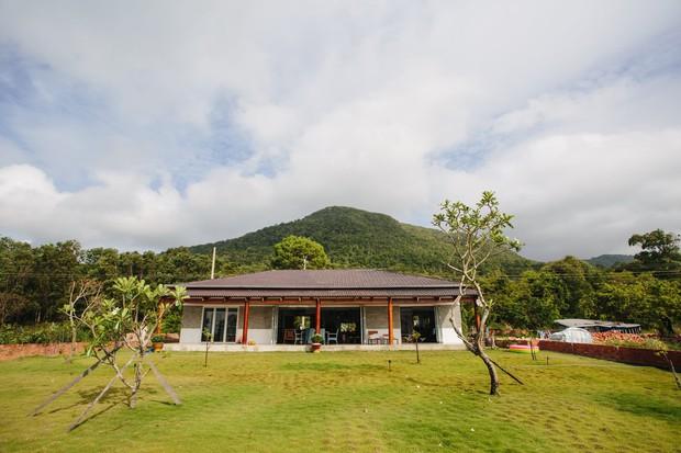 Lấy vợ Việt, chồng Pháp xây nhà 3 tỷ trên mảnh đất rộng 2500m2 tại Phú Quốc, sống sướng như ở resort - Ảnh 1.