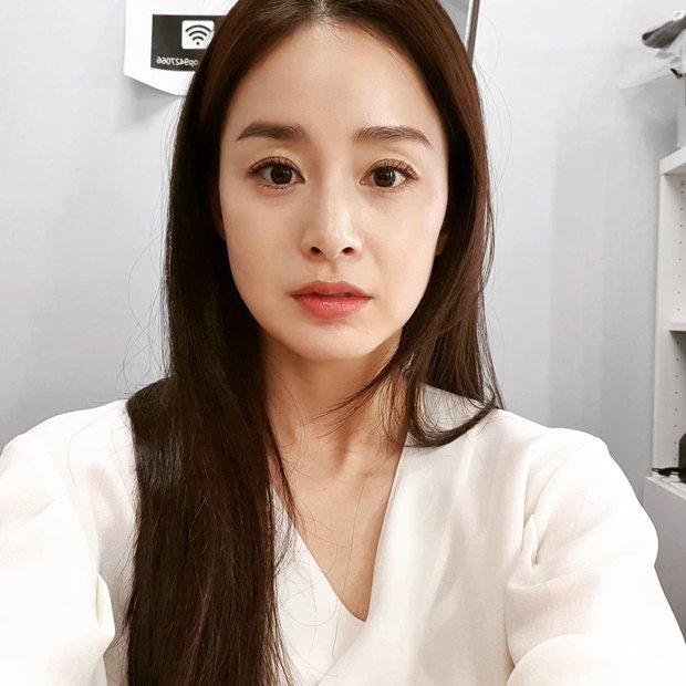 Kim Tae Hee đăng ảnh cận mặt không chỉnh sửa, lộ dấu hiệu lão hóa vẫn xinh đẹp hút hồn - Ảnh 2.