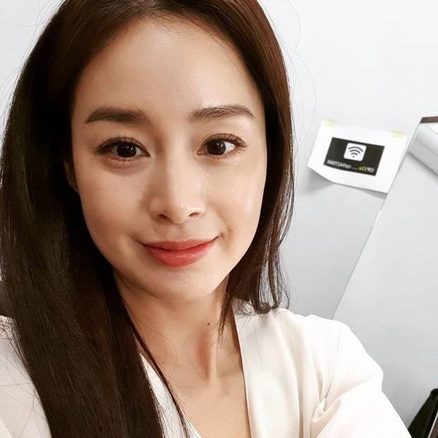 Kim Tae Hee đăng ảnh cận mặt không chỉnh sửa, lộ dấu hiệu lão hóa vẫn xinh đẹp hút hồn - Ảnh 3.