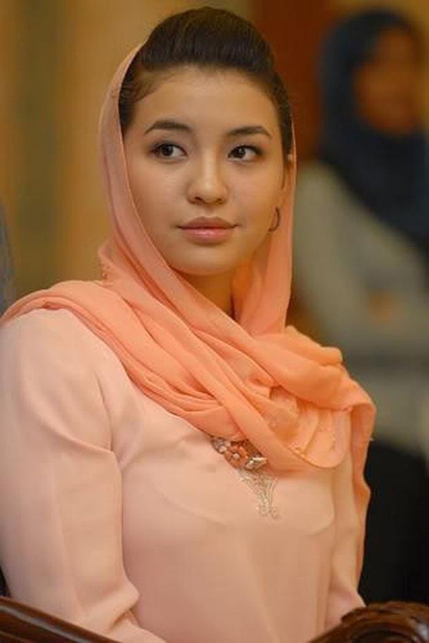 Chạy khỏi ngục tù nơi cung cấm chỉ có máu và nước mắt với người chồng bệnh hoạn, nàng dâu Hoàng gia Malaysia có cuộc sống gây ngỡ ngàng sau 12 năm sổ lồng - Ảnh 2.