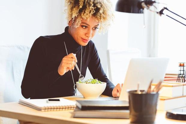 Vì sao Pháp cấm người lao động ăn trưa trên bàn làm việc? Hóa ra thói quen này có hại không ngờ - Ảnh 2.