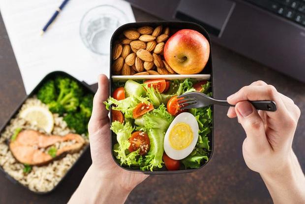 Vì sao Pháp cấm người lao động ăn trưa trên bàn làm việc? Hóa ra thói quen này có hại không ngờ - Ảnh 3.