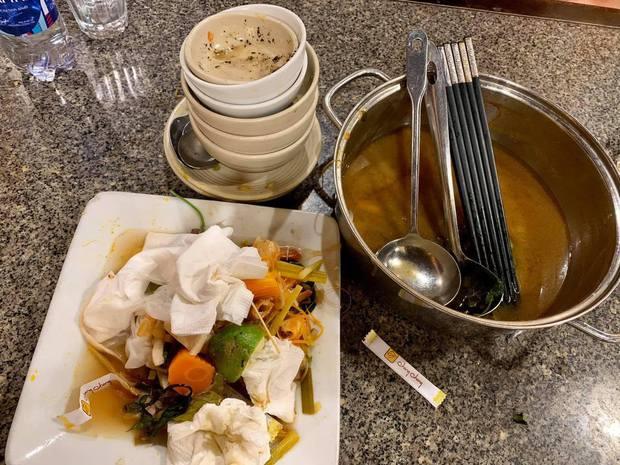 Đi ăn ngoài bấy lâu nay, đã bao giờ bạn biết cách làm nhân viên phục vụ ấm lòng như thế này chưa? - Ảnh 1.