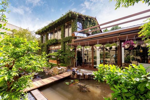 Kỷ niệm 15 năm ngày cưới, chồng tặng vợ ngôi nhà vườn kiểu Nhật, chi tiết gây shock nằm ở chất liệu, nhìn thì gỗ mà lại không phải gỗ?! - Ảnh 1.