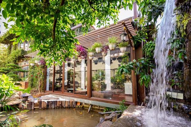 Kỷ niệm 15 năm ngày cưới, chồng tặng vợ ngôi nhà vườn kiểu Nhật, chi tiết gây shock nằm ở chất liệu, nhìn thì gỗ mà lại không phải gỗ?! - Ảnh 2.