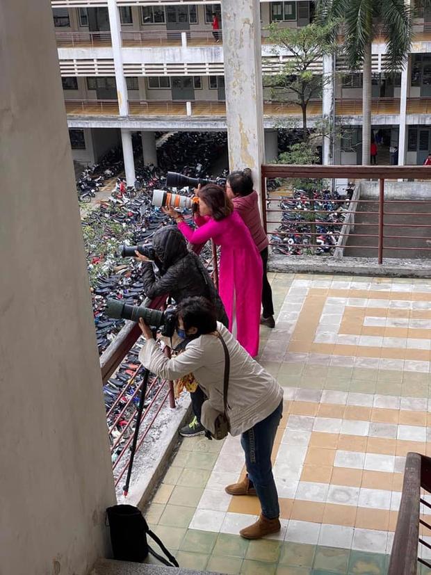 Học trò chụp trộm giáo viên, soi giá thứ đồ cầm trên tay liền té xỉu vì quá đắt - Ảnh 1.