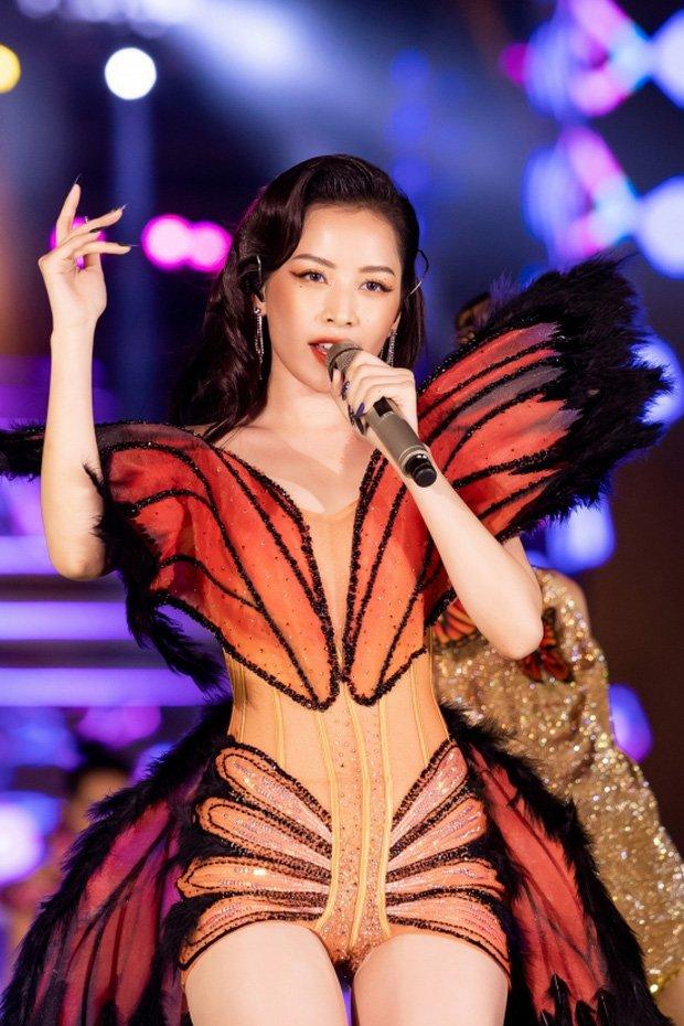 Chi Pu và loạt trang phục biểu diễn khó đỡ: Hết cánh bướm dối gian lại vướng nghi án mặc hàng nhái - Ảnh 1.
