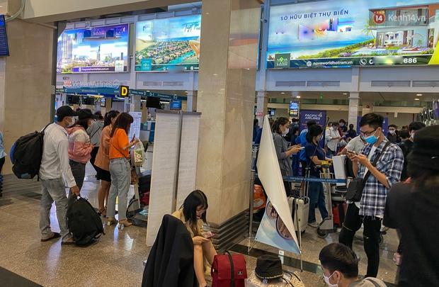 Ảnh: Người dân đổ xô đi du lịch, sân bay Tân Sơn Nhất đông nghẹt khách - Ảnh 1.