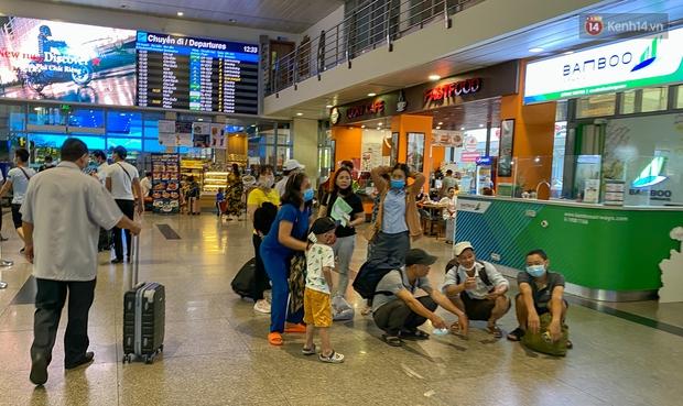 Ảnh: Người dân đổ xô đi du lịch, sân bay Tân Sơn Nhất đông nghẹt khách - Ảnh 2.