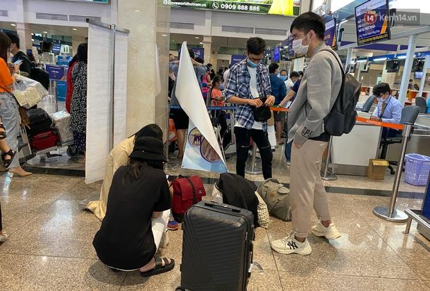 Ảnh: Người dân đổ xô đi du lịch, sân bay Tân Sơn Nhất đông nghẹt khách - Ảnh 4.
