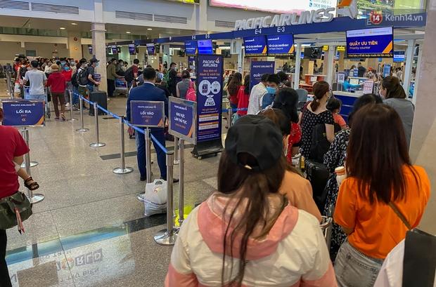 Ảnh: Người dân đổ xô đi du lịch, sân bay Tân Sơn Nhất đông nghẹt khách - Ảnh 5.