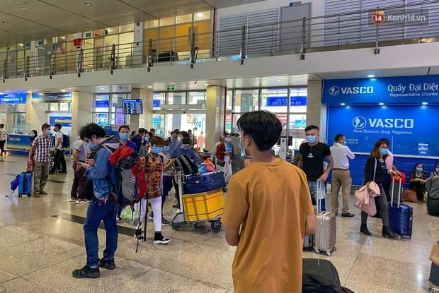 Ảnh: Người dân đổ xô đi du lịch, sân bay Tân Sơn Nhất đông nghẹt khách - Ảnh 3.