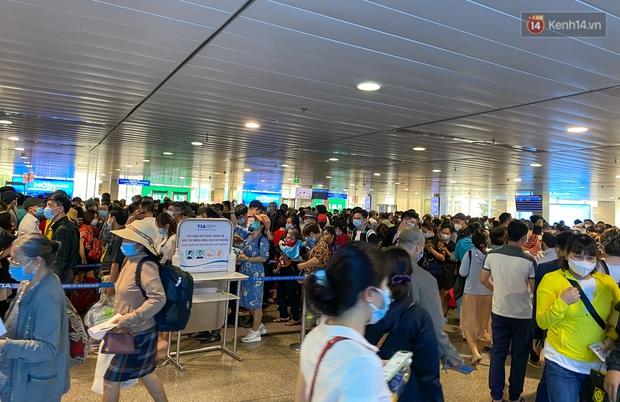 Ảnh: Người dân đổ xô đi du lịch, sân bay Tân Sơn Nhất đông nghẹt khách - Ảnh 11.