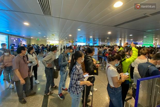Ảnh: Người dân đổ xô đi du lịch, sân bay Tân Sơn Nhất đông nghẹt khách - Ảnh 9.