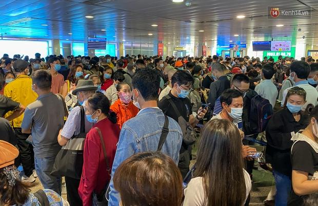Ảnh: Người dân đổ xô đi du lịch, sân bay Tân Sơn Nhất đông nghẹt khách - Ảnh 10.
